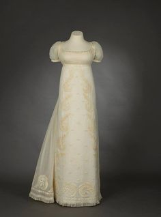 Embroidered Muslin Dress, British or American. Royal Ontario Museum, Toronto, Gift of Mrs. Henry P. Vintage Outfits, Vintage Gowns, Vintage Mode, Victorian Dresses, 1800s Fashion, 19th Century Fashion, Vintage Fashion, Retro Fashion, Korean Fashion