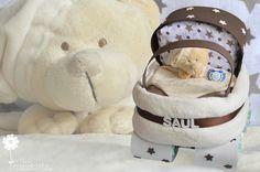 ¿Quieres regalar una tarta de pañales útil y a la vez muy original? Pañales, gasitas, toallitas y una manta que los papis agradecerán, y un chupete y un dou dou que al bebé le encantarán. http://www.mibbtarta.es/producto/carrito-de-paseo/ #carritodepañales  #regalobebe #regalosoriginales #canastilla #tartasdepañales #babyshower #canastillas #tartadepañales