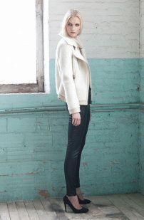 El mix de blanco y negro continúa presente mediante leggins de efecto cuero y abrigos de pelo corto.