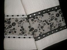 Toalha de Rosto da linha Luxo com bordado inglês ou passa-fita.    Os tecidos são bem variados, mas estão sujeitos a disponibilidade.  Faça um contato e consulte! R$ 26,00