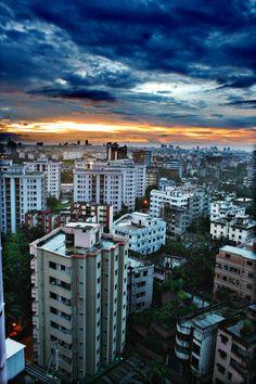 Amanecer en Dhaka. Es la ciudad más poblada de Bangladesh. Su población en 2008 era de 7001 millones de habitantes.