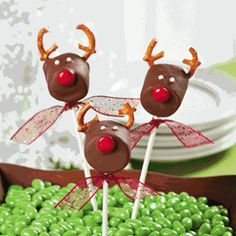 Chocolate Covered Marshmallow Reindeer - I won't use choc. almond bark (nut allergies) but I will try it with the little waffers at the Bulk Barn. This looks really easy. Perfect to take for the kids' Christmas party coming up. Christmas Snacks, Noel Christmas, Christmas Goodies, Christmas Candy, Holiday Treats, Holiday Fun, Holiday Recipes, Christmas Recipes, Reindeer Christmas