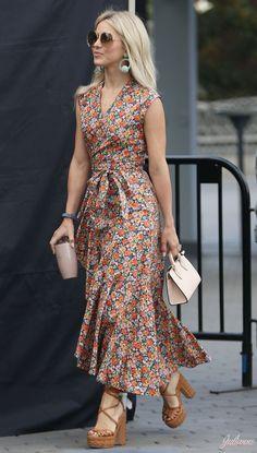 10 maneiras de usar vestido longo. Brinco de argolas, vestido com estampa floral, micro bolsa, sandália plataforma marrom