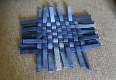 Bias fold weaving with denimWhen Creative Outlets Collide - The Barefoot Kitchen WitchSeveral (or more - I've lost track) weeks ago I got it into my head that it would be fun to make braided rugs. Artisanats Denim, Denim Rug, Blue Jean Quilts, Denim Scraps, Sewing Crafts, Sewing Projects, Braided Rag Rugs, Diy Sac, Jean Crafts
