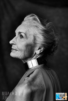 Daphne Selfe, mannequin de 82 ans, pose pour Vogue 2 Translate: Daphne Selfe, model for 82 years, poses for Vogue