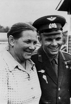 Юрий Гагарин с матерью - Анной Тимофеевной.1961