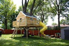 Casa del árbol para niños en jardín