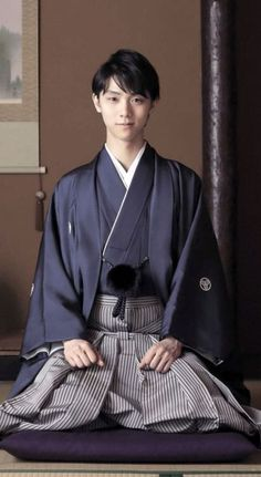 Man kimono with a dark blue top and grey pant. It's a very simple kimono. Kimono Tee, Mode Kimono, Yukata Kimono, Traditional Fashion, Traditional Dresses, Traditional Japanese Clothing Male, Traditional Kimono, Poses, Japanese Costume