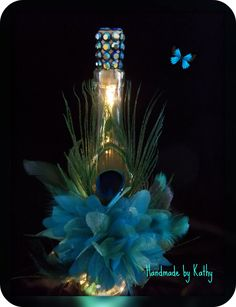 Peacock wine bottle for centerpieces? Wine Bottle Design, Wine Bottle Art, Lighted Wine Bottles, Bottle Lights, Bottles And Jars, Liquor Bottles, Glass Bottle Crafts, Wine Craft, Altered Bottles