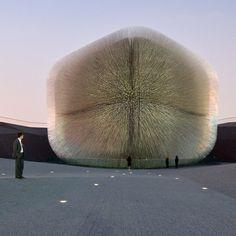 Aprovechando, entre otras características, que el metacrilato es conductor de la luz, el Heatherwick Studio de Londres creó la Seed Cathedral, el pabellón de Gran Bretaña para la Exposición de Shanghai de 2010. Para ello, utilizó 60.000 varillas cuadradas de metacrilato de 7,5 m de largo en las que se incrustaron una muestra de 250.000 semillas. El interior de esta caja es una superficie ondulada que forma un alucinante rostro. #MWMaterialsWorld #metacrilato #acrylic #WeLoveMaterials