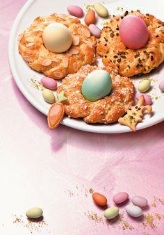 Bunte Osterkränzchen -  Süßes Kleingebäck mit bunten Eiern zu Ostern