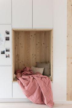 Unser Lieblingsplatz in unserer neuen Küche Küche grifflos - Küche weiß matt - Küche einrichten -  Reihenhaus renovieren - Lärchenholz - Sitzecke - hyggelig