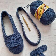No photo description available. Crochet Sandals, Crochet Boots, Baby Knitting Patterns, Crochet Patterns, Crochet Slipper Pattern, Crochet Diy, Knit Shoes, Knitted Slippers, Knitting Socks