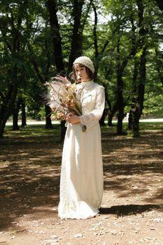 ヴィンテージドレス ヴィンテージウェディングドレス アンティークドレスのレンタルショップTOI ET MOI。 1930~1970 年代頃の 特に見つけることが難しい珍しい物 すなわち「VINTAGE・ANTIQUE」 にこだわり アメリカで手に取った瞬間の思いを大切に お客様をカウンセリング そしてスタイリングすることを心がけています。 vintage dress アンティークヘッドドレス ウェディングドレス 結婚 花嫁 flower ブーケ ラスティックウェディング Hand Bouquet Wedding, Wedding Bouquets, Modest Wedding Dresses, Bridal Dresses, Retro Dress, Wedding Images, Bridal Style, Rustic Wedding, Vintage Dresses