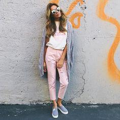 На @innochii розовый бойфренды с завышенной талией  футболка ,слипы ,кардиган крупной вязки  и очечи  для заказа +79670082786☺️ работаем с 13:00 до 19:00☺️ за час пишите