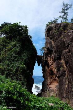 弁慶のはさみ石(新潟県佐渡島)/Not fall stone (Sado Island, Niigata Prefecture)
