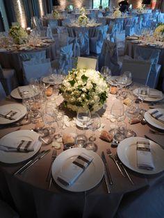Sobre et élégante, cette décoration conviendra pour un mariage chic et naturel. Sans thème précis, nous avons élaboré cette décoration pour quelle convienne à plusieurs types de mariage sans cible particulière. Pour cela, cette table se munie d'une nappe taupe et d'une magnifique centre de table floral avec des roses blanches. Les serviettes seront décorées par des rubans marrons et taupes qui s'accordent parfaitement avec la nappe.