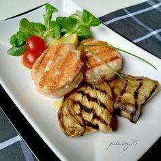 Medaglioni di salmone delicato alla griglia con melanzane ed insalata