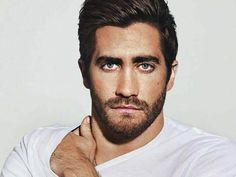 Growing a rough scruffy beard is a dream for many men. Here are 10 major scruffy beard styles that would make you look rough and tough. Moustaches, Jake Gyllenhaal Peliculas, Modelos Calvin Klein, Bart Design, Logo Design, Sexy Bart, Blue Eyed Men, Def Not, Short Beard
