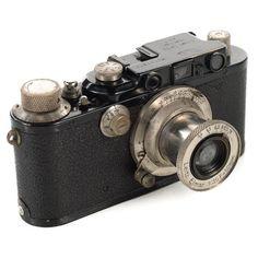1930 leica at DuckDuckGo Vintage Polaroid Camera, Vintage Cameras, Leica Camera, Film Camera, Classic Camera, Camera Photography, Red Dots, Digital Camera, 1930s