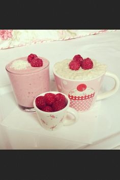 Image discovered by ♔. Find images and videos about pink, food and yummy on We Heart It - the app to get lost in what you love. Healthy Treats, Yummy Treats, Delicious Desserts, Sweet Treats, Yummy Food, Healthy Food, Smoothie Drinks, Smoothie Bowl, Baking Recipes