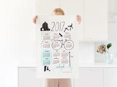 2017年のカレンダー柄キッチンクロス。¥2,200(税別)今年は四季折々の異なる表情を浮かべるヘルシンキの町並みがテーマとなっています。昨年2016年に続き、フィンランド人女性イラストレーターMarika Maijala(マリカ・マイヤラ)がデザインを担当しました。<Kauniste Finland>