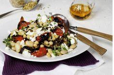Munakoiso-kikhernesalaatti sisältää paljon kasviproteiinia ja hitaita hiilihydraatteja.