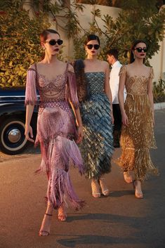 Find and save images from the Couture collection by Le Cirque des Rêves. (a_modern_quaintrelle) on We Heart It, your everyday app to get lost in what you love. Daily Fashion, High Fashion, Luxury Fashion, 1920s Fashion Party, Roaring 20s Fashion, Flapper Fashion, Fashion Black, Vintage Fashion, 20s Inspired Fashion