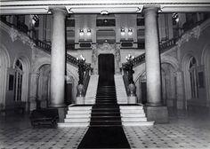 1974 - Foyer do Teatro Municipal. Escada central ladeada por duas colunas. Duas esculturas finalizam o corrimão.