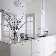 It is easier than you think to take your kitchen from builder grade to gorgeous on a budget! These kitchen makeover secrets will save you money and give you great ideas! Küchen Design, Home Design, Interior Design Kitchen, Interior Design Living Room, Interior Modern, New Kitchen, Kitchen Decor, Brass Kitchen, Kitchen Ideas