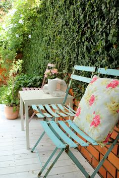 Pretty garden chairs x Garden Chairs, Balcony Garden, Garden Furniture, Vintage Furniture, Furniture Ideas, Beautiful Space, Beautiful Gardens, Outside Seating, Garden Inspiration