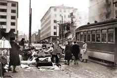 Raitiovaunu keskellä sodan tuhoja. Pommitusten jälkiä korjataan Porthaninkadun ja Kolmannen linjan kulmassa helmikuussa 1944.