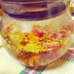 4月13日の夜のお茶  日頃の疲れが溜まってる旦那さん向け。 リンデン1 セージ 0.5 フェンネル0.5 ローズペタル 0.3 ローズヒップ0.3  夜なので(昼でもよくいれるけど)リンデンでリラックス的なのねらいつつ。 ダイエット効果のあるフェンネル セージで抗酸化と抗菌。 見た目も香りも薬草ぽいので、見た目がいいようにローズペタル。草っ!花っ!て感じのをまとめるのにローズヒップいれたった。 オレンジピールでもよかったかもなー。  #tea #ハーブ #ハーブティー #お茶 #今日のお茶 #夜のお茶 #ブレンド #ティーセラピー - 6件のもぐもぐ - 1週間頑張りましょう茶 by okancafe01