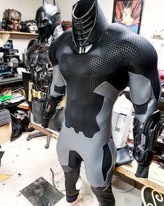 A Printed Batman: Arkham Knight Cosplay To make a replica of a Bat-suit, you have to have the patience of Bruce Wayne. Naythero Productions, also known as Jack Raiden, clearly channeled some of the DC Comics hero's ingenuity and te… Batman Cosplay, Nightwing Cosplay, Escudo Viking, Batman Armor, Batman Arkham Knight Costume, Batman Arkham City, Tactical Armor, Dc Comics Heroes, Univers Dc