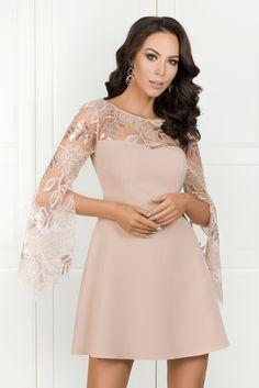 7f1c439102 EMILY beżowa trapezowa sukienka z ozdobnym rękawem