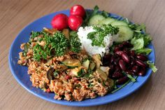 Brown rice with dried tomatoes, parsley, zucchini, olives and tuna; arugula, kidney beans, cucumber, cottage cheese and radish