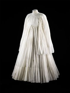 Man's robe (jama), Bharatpur, cotton, robes of this kind were fashionable at Indian courts, this white example has 277 panels in its skirt. Historical Costume, Historical Clothing, Indian Dresses, Indian Outfits, Men's Robes, Vintage Outfits, Vintage Fashion, Quoi Porter, Indian Textiles