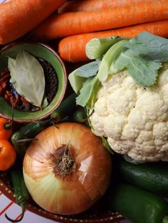 Escabeche with Cauliflower - La Piña en la Cocina Pickled Jalapenos And Carrots Recipe, Pickling Jalapenos, Serrano Pepper, Head Of Cauliflower, Carrot Recipes, White Vinegar, Pickles, Stuffed Peppers, Vegetables