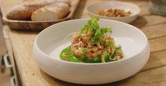 Jeroen maakt een verfijnde klassieker met de handgepelde trots uit de Noordzee. Gebruik bij dit chique voorgerecht in elk geval handgepelde garnalen. De smaak is ongeëvenaard! Seafood Recipes, Cooking Recipes, Healthy Recipes, Cooking Bacon, Cooking Games, Healthy Food, Salade Caprese, Ceviche, Bistro Food
