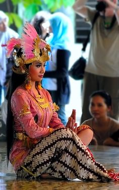 TRADITIONAL DANCER.....INDONESIA.....YOGYAKARTA.....PHOTO BY IRSAM SOETTARTO.....ON TREKEARTH......PARTAGE OF LIANA PH..