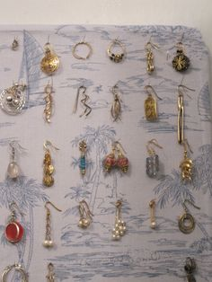 Finally! A DIY jewelry organizer where I can store earrings AND necklaces. So easy!