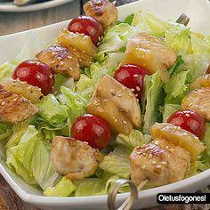 Brochetas de pollo, piña y tomate cherry