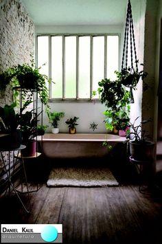 Projeto: Julia Rettmann   É unânime: as plantas invadiram a casa. Espécies que se adaptam a interiores formam lindas composições sobre suportes modernos.  É possível criar um cenário interessante com folhagens de alturas variadas. As plantas tem o poder de embelezar o ambiente. Com a disposição certa, criam um ambiente lindo e despojado.   #UniãoRústicoeModerno #MisturaDeEstilos #AmbientesIntegrados #Arquitetura #AmbienteNatural #FolhagensNoBanheiro #IluminaçãoNatural #Design #DanielKalil