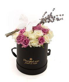 Cutie delicata cu trandafiri albi si lila, alegerea perfecta pentru un cadou de neuitat! Alege azi cadoul perfect!☀️ https://www.floridelux.ro/cutie-flori-de-vara-adorabile.html