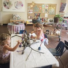 I ❤️ Reggio! I can use in Montessori too:) Have you ever wondered about the Reggio Approach to learning and how it works in the art studio? This is a great resource. Reggio Emilia Classroom, Reggio Inspired Classrooms, Primary Classroom, Reggio Children, Art Children, Reggio Emilia Approach, Creative Area, Creative Play, Petite Section