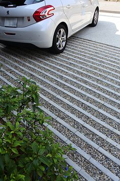 Driveway landscaping This driveway landscaping design is inspired by our Aquastorm paver. Aquastorm is an environmentally friendly, flood-protected and permeable paver with an infiltration rate through the roof. It is designed for a modern home Front Garden Ideas Driveway, Driveway Design, Patio Design, Garden Design, Permeable Driveway, Driveway Landscaping, Modern Landscaping, Stone Driveway, Walkway