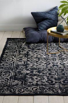 Bomuldstæppe med printet mønster. Str. 140x200 cm. For øget sikkerhed og komfort bruges skridsikkert underlag, som holder dit tæppe på plads. Skridsikkert underlag findes i flere forskellige størrelser.