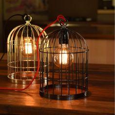 Lampe à poser Bird Cage - Noir - H33 cm - FilamentStyle | Lumi-Design Bird Cage est un luminaire design de la marque Filament Style qui trouvera sa place dans toutes les pièces de la maison. Posée sur une commode comme lampe d'appoint ou suspendu à une poutre ou à crochet, elle saura donner une note esthétique et pleine de poésie à votre intérieur. Grâce à son effet ajouré, Bird Cage tente d'emprisonner en vain la lumière qui en émane, ce qui mettra sur le devant de la scène l'ampoule.
