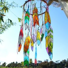 Get your boho decor on for the summer with this fun faux stained glass feather p. - Get your boho decor on for the summer with this fun faux stained glass feather project using Americ - Making Stained Glass, Faux Stained Glass, Stained Glass Projects, Plastic Bottle Crafts, Recycle Plastic Bottles, Plastic Bottle Flowers, Water Bottle Crafts, Plastic Lace, Recycled Glass Bottles