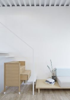 House in Itami by Tato Architects Architecture and Furniture are mingled said architect Yo Shimada white floating stair wood furniture combined Interior Architecture, Interior And Exterior, Building Architecture, Mini Loft, Decoration Inspiration, Wooden Chest, Architect House, Storage Design, Japanese House